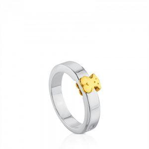 91406dde5edc Este anillo de plata de primera ley tiene en el centro el oso de Tous  bañado en oro amarillo de 18 kilates. Su nombre