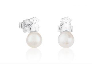 cc92807dbc51 Estos pequeños pendientes son elegantes a la par que femeninos. Los dos  osos de plata de Tous se ven acompañados de unas pequeñas perlas rosadas